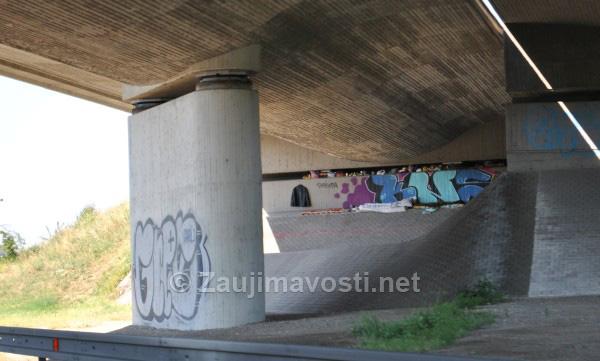 Pod mostom vedľa diaľnice D1