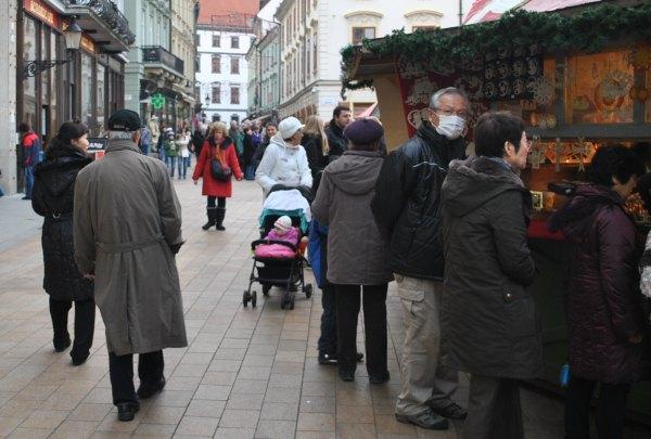 Japonci s rúškami na Vianočných trhoch